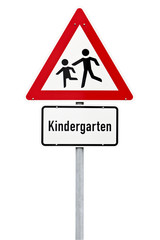 Verkehrsschild Achtung Kindergarten isoliert mit Pfad