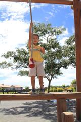 ターザンロープで遊ぶ幼児(4歳児)