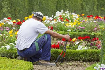 Jardinier entretenant un jardin