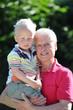 Großvater tobt mit Enkelsohn