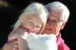 Großvater tobt mit Enkeltochter
