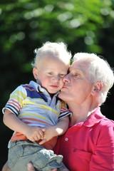 Großvater mit Enkelkind auf dem Arm