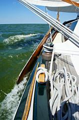 Klassiek zeilschip onder zeil op het IJsselmeer