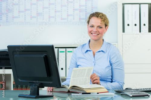 canvas print picture businessfrau blättert in einem buch