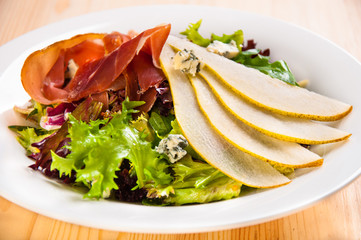 Green salad mix with pears and jamon
