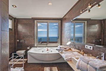 Ванная в стиле модерн с видом на океан