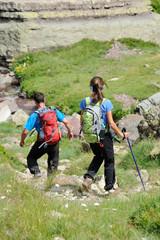 couple de randonneurs en montagne