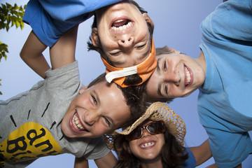 Niños riendo con las cabezas juntas