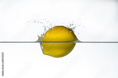 zitrone schwimmt im wasser