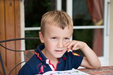 petit garçon réfléchissant