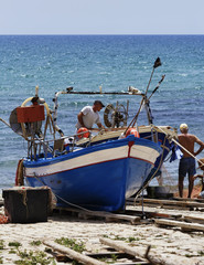 Italy, Sicily, Sampieri, fishermen working ashore