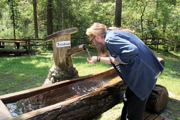 Wanderer am Trinkwasserbrunnen - Schladming