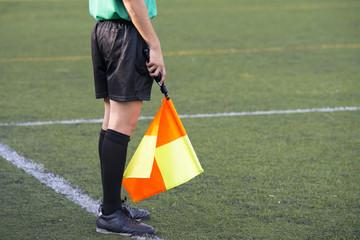 Árbitro de fútbol, árbitro asistente, bandera