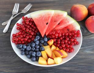 Wassermelone, Pfirsiche und Beeren