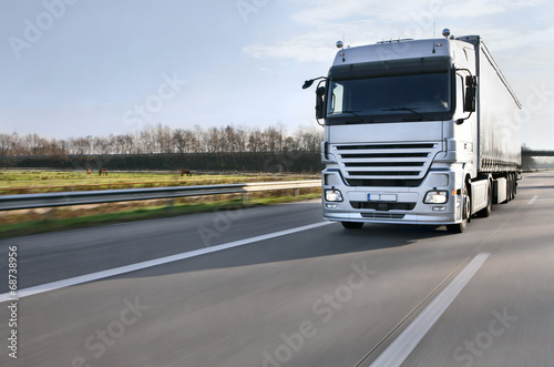 LKW auf der Autobahn 7 - 68738956