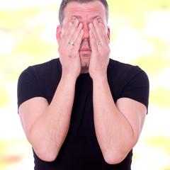 gestresster Mann reibt sich seine Augen