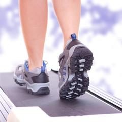 Frau läuft auf dem Laufband