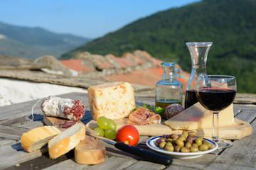 Antipasti und Rotwein