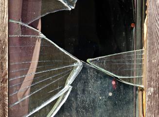 altes Fenster eingeschlagen