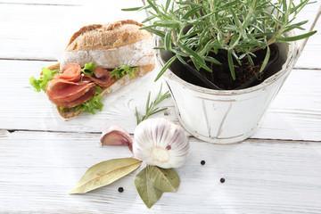 Rozmaryn, kompozycja kanapki z kiełbasą oraz ziół