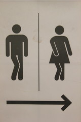 Hinweistafel zu einer Toilette für Männer und Frauen