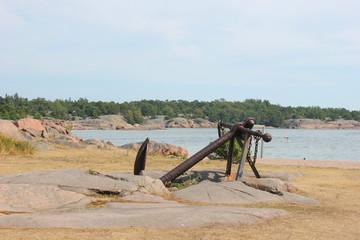 Anker am Strand des finnischen Badeorts Hanko (Hangö)