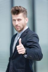 Junger Geschäftsmann - Daumen hoch