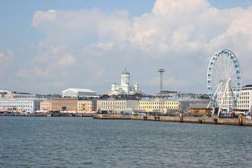 Die Skyline von Helsinki mit der Silhouette des Doms