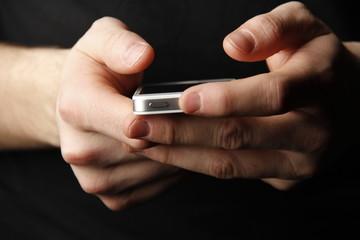 mains tenant un téléphone