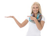 Junge blonde Frau präsentiert ein Produkt