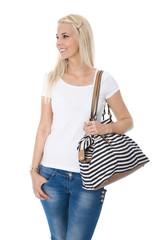 Shopping: junge Frau mit Tasche im maritimen Look isoliert