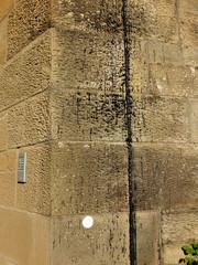 Teerspritzer an Sandsteinwand