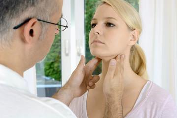 Arzt tastet Lymphknoten bei Untersuchung