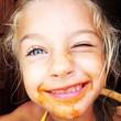 bambina sporca di sugo
