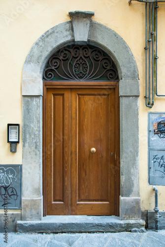 Portone di legno, ingresso palazzo - 68765761