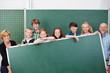 lehrer und schüler zeigen eine tafel