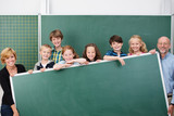 Fototapety lehrer und schüler zeigen eine tafel