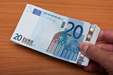 man pay with banknot of twenty euros