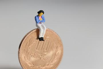 10円硬貨と悩む主婦