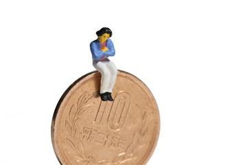 女性と10円硬貨