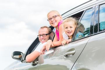 Familie fährt mit dem Auto in die Sommerferien