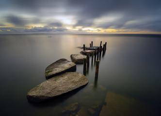 Morska przystań z kamieni i pali