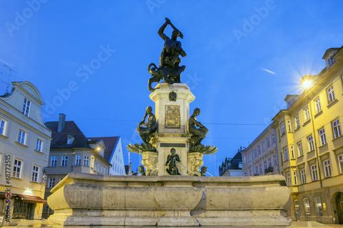 Leinwanddruck Bild Herkules Brunnen in Augsburg bei nacht