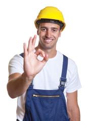 Lachender Bauarbeiter ist zufrieden mit der Arbeit