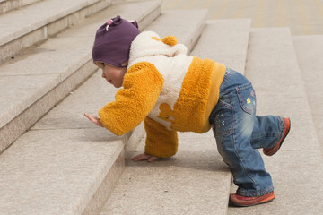 Ребёнок ползет по лестнице