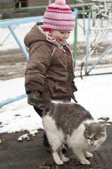 Ребёнок поймал кота за хвост