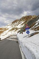 Verkehrszeichen in den winterlichen Bergen