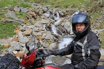 Motorsport vor dem Wasserfall