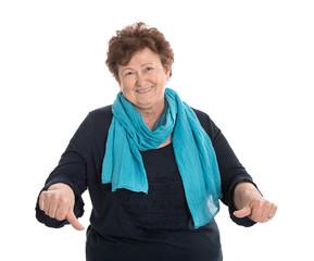 Selbstbewusste ältere Frau sagt ihre Meinung: NEIN