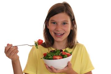 Gesunde Ernährung lachendes Mädchen isst frischen Salat